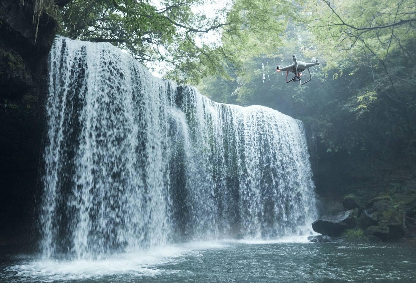 精灵Phantom 4 Pro 提升了安全性,在复杂环境中依然自如飞行.jpg
