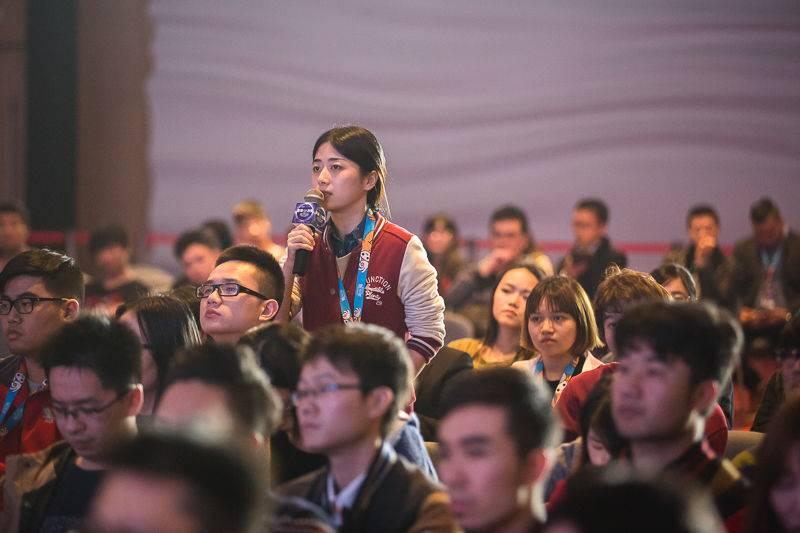 图四:阮佳演讲现场,粉丝在互动提问.jpg