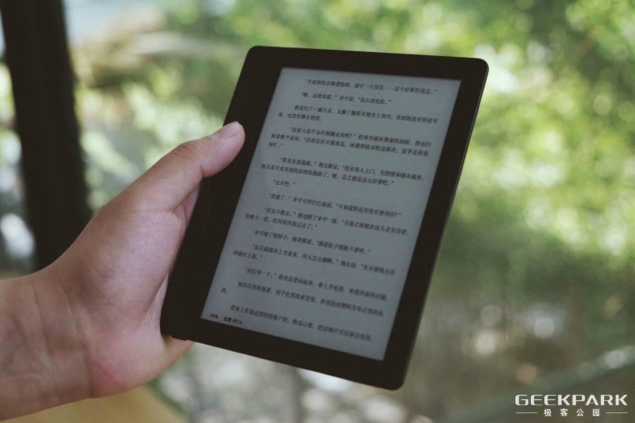 Kindle Oasis 体验:「电纸书」怎么就卖得跟 iPad 一样贵了? | 极客公园