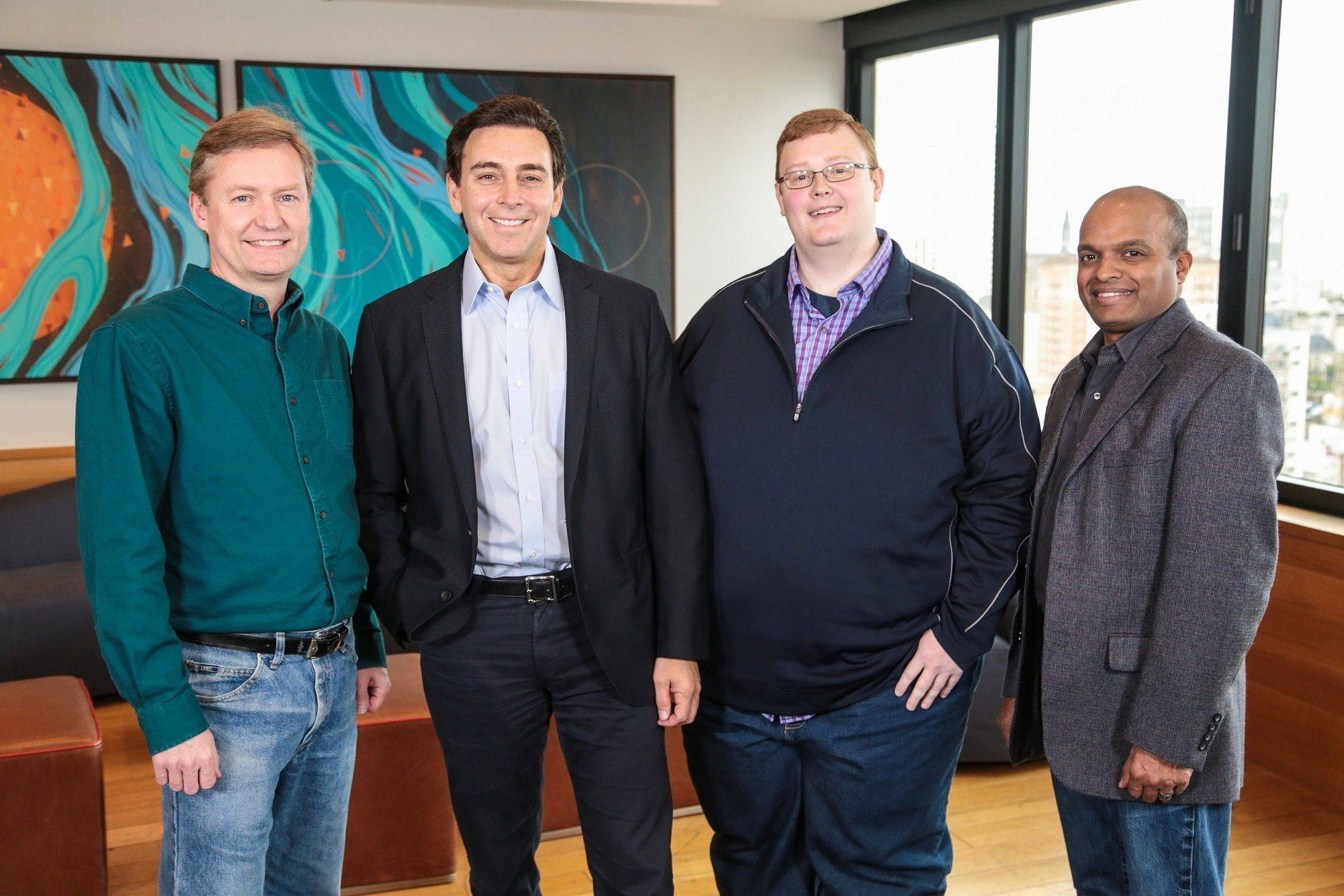 福特汽车计划在未来五年向Argo AI投资10亿美元;图中左二为福特汽车公司总裁兼首席执行官马克·菲尔兹,右一为福特汽车公司全球产品开发集团副总裁兼首席技术官宁睿.jpg