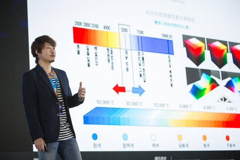图三:郑骏浩向观众讲解色彩的知识.jpg