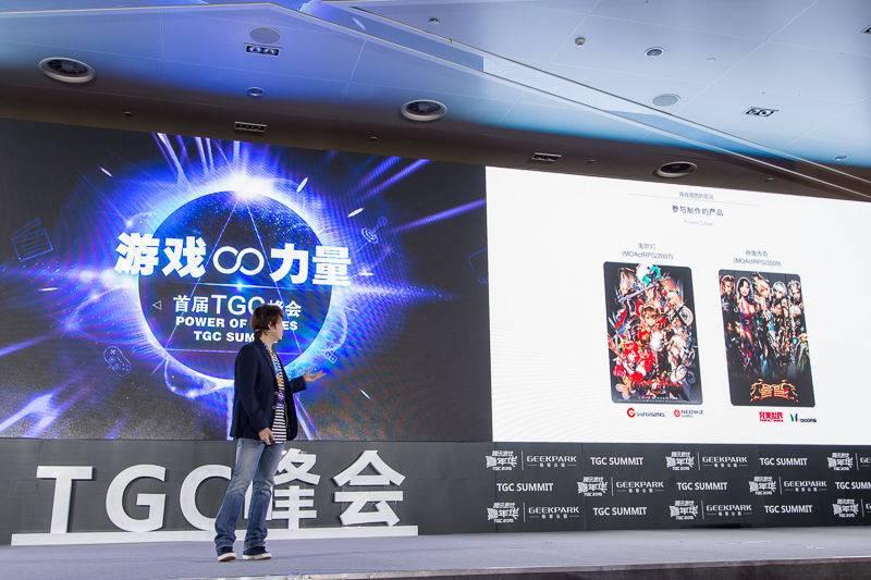 图二:郑骏浩向现场观众展示自己的作品.jpg