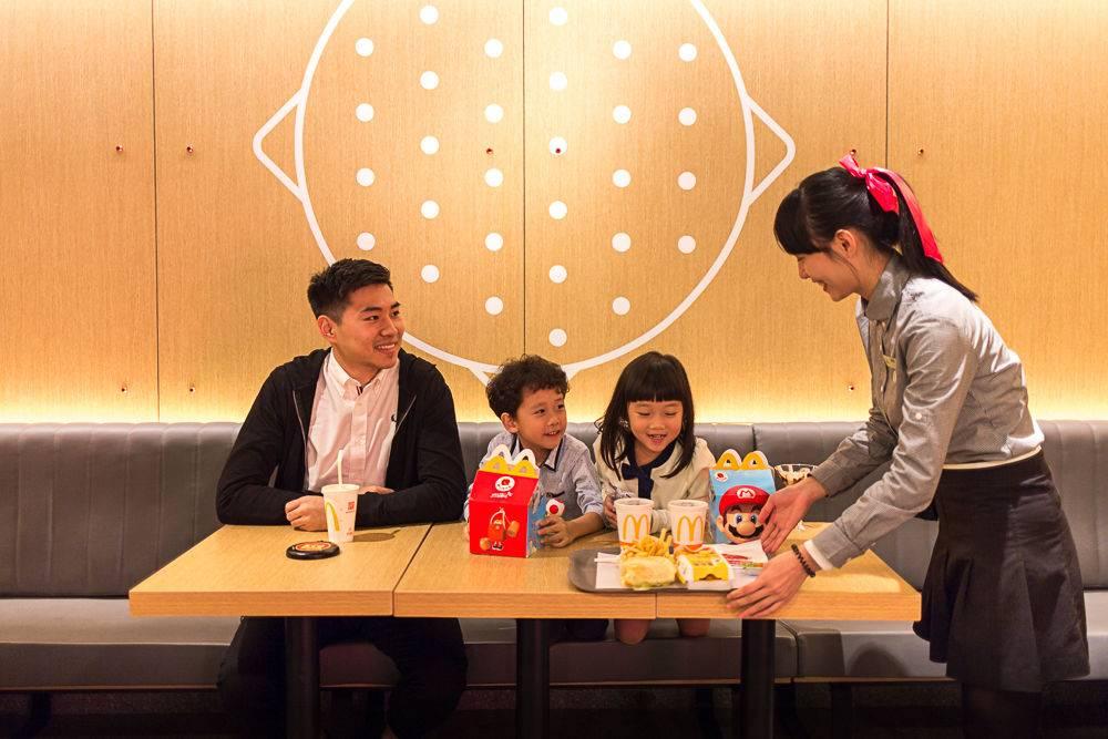 送餐到桌服务让带孩子的顾客就餐更方便.jpg
